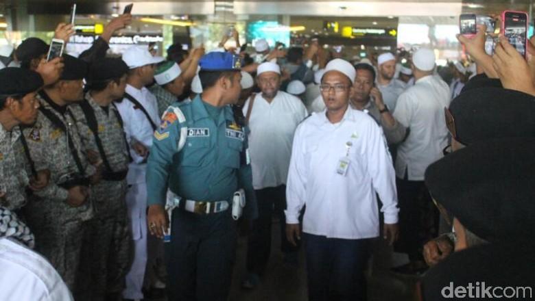 Teriakan Takbir Sambut Kedatangan Habib Rizieq di Bandara Juanda