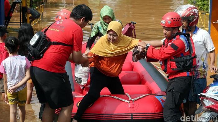 Evakuasi korban banjir (Foto: Rengga Sancaya)