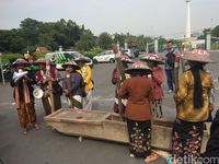 Pukul Lesung di Depan Istana, Petani Kendeng Harap Hasil KLHS Jujur