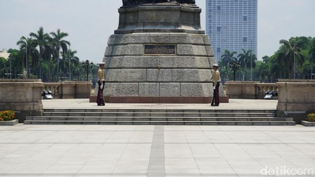 Prajurit yang berjaga di monumen