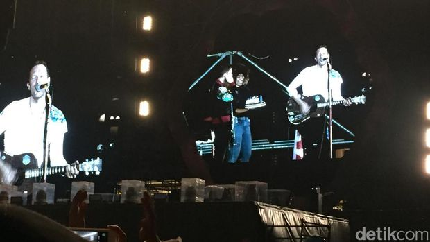 <i>Zhu Ni Shenri Kualie!</i> Kejutan untuk Bassist Coldplay di Konser Taiwan