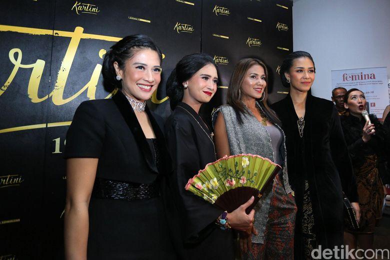 Dian Sastro, Ayushita, Nova Eliza, Adinia Wirasti dan Acha Septriasa saat ditemui di premiere film Kartini di Menteng, Jakarta Pusat pada Rabu (12/4/2017) malam.