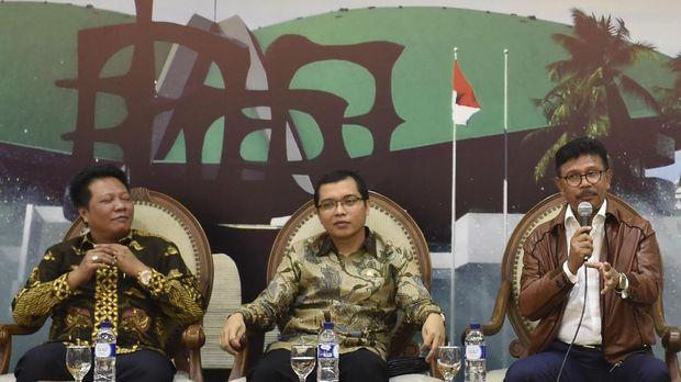 Politikus PPP Achmad Baidowi (tengah) meminta Sukmawati meminta maaf.