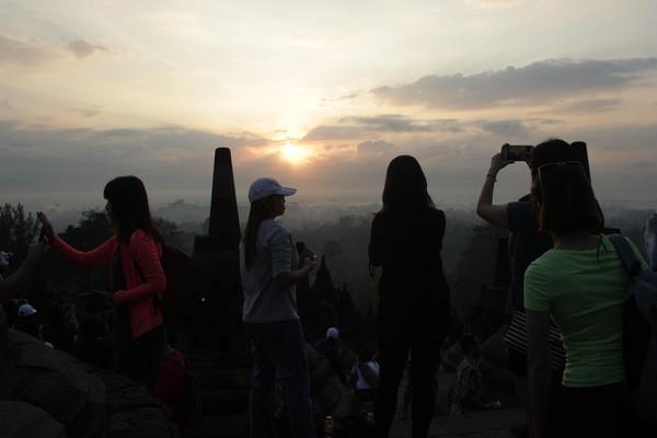 Traveler yang ingin wisata sunrise, dimulai pukul 04.30 WIB. Nanti kamu akan naik ke level 9 Candi Borobuur dan melihat matahari yang muncul pada pukul 05.30 WIB. (Johanes Randy)