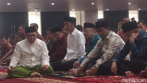 Jokowi saat meresmikan masjid KH Hasyim Asy'ari.