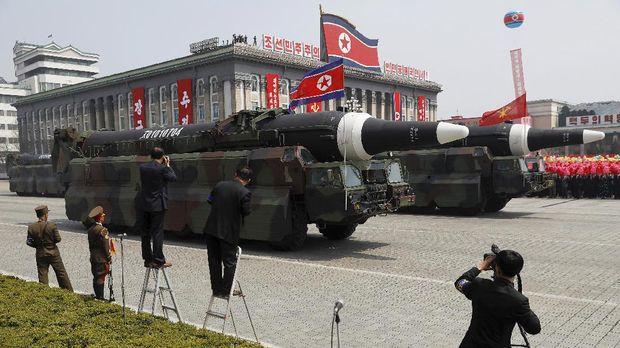 Permintaan Trump menyusul rencana Korut memamerkan ratusan rudal jarak jauhnya.