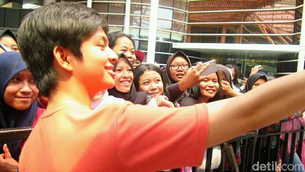 Cekrek! Antusiasnya Fans Foto Bareng Bintang Nathan & Nadia