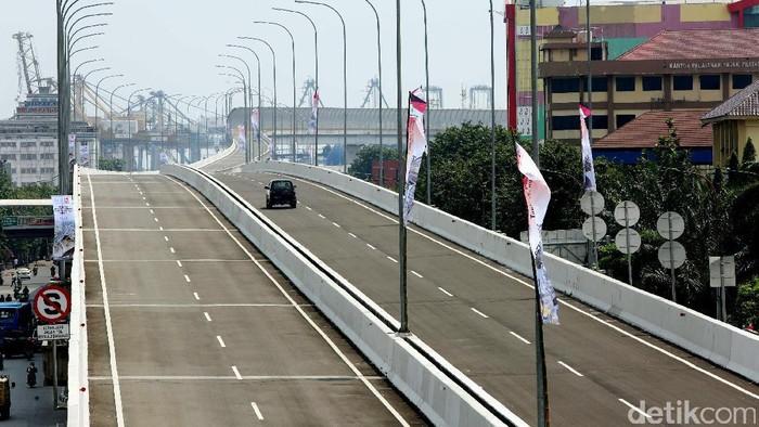 Jalan tol akses Tanjung Priok akan mulai beroperasi pada Minggu (16/4/2017) besok. Selama sebulan ke depan, tol akses Tanjung Priok masih gratis.