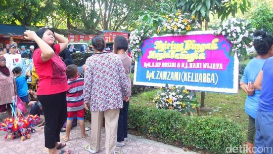 Warga Padati Kasepuhan Cirebon Jelang Momen Pernikahan Nani Widjaja