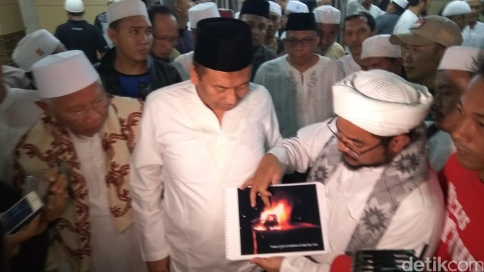 Foto: Ketua DPP FPI Muchsin Alatas menjelaskan kronologi mobil terbakar di Cawang (Mustaqim/detikcom)