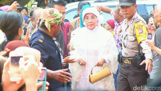Dibalut Busana Serba Putih, Nani Widjaja Datang ke Masjid Kasepuhan