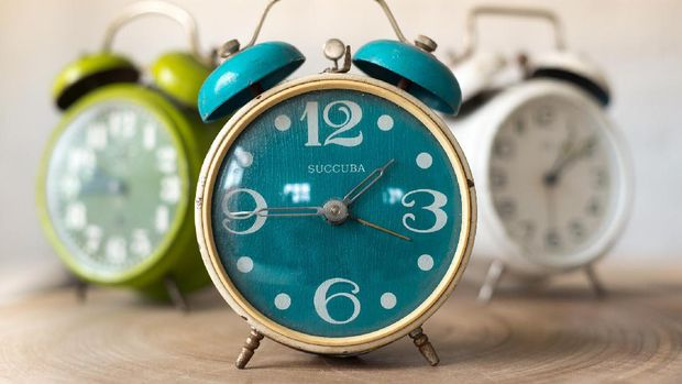 Dengan datang tepat waktu mencerminkan kedisiplinan dan keseriusan kamu untuk bekerja.