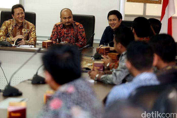 Kepala Badan Ekonomi Kreatif Triawan Munaf (kiri) menerima Afifuddin Suhaeli Kalla (tengah) di Kantor Badan Ekonomi Kreatif, Jakarta, Senin (17/4/2017).