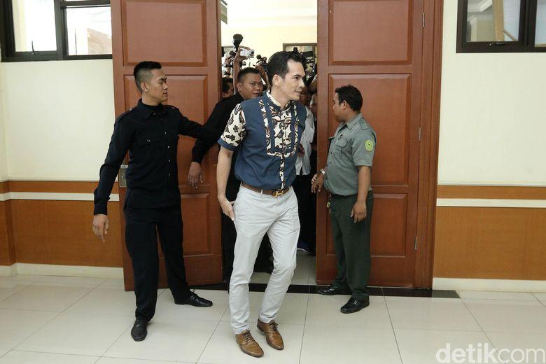 Atalarik saat memasuki ruangan sidang di Pengadilan Agama Cibinong, Bogor, Jawa Barat pada Selasa (18/4/2017).