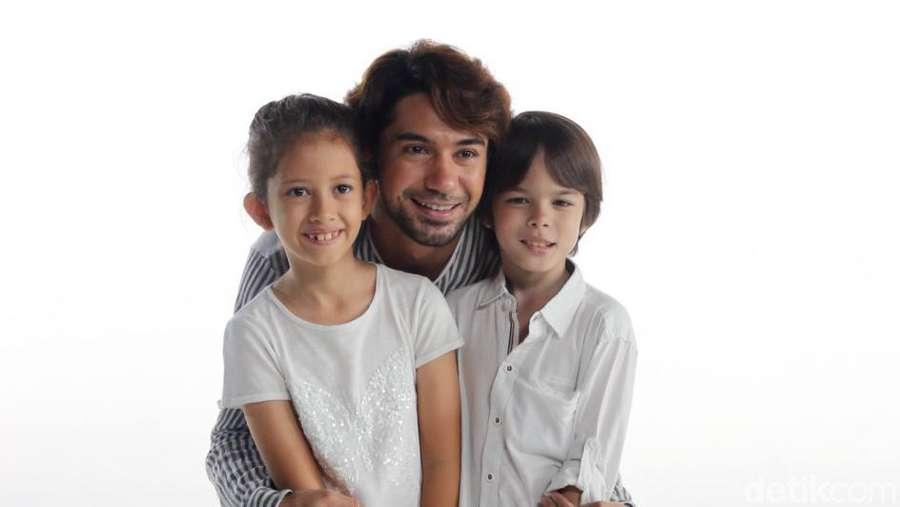 Kompaknya Reza Rahadian dan Dua Keponakannya, Udah Cocok Jadi Ayah?