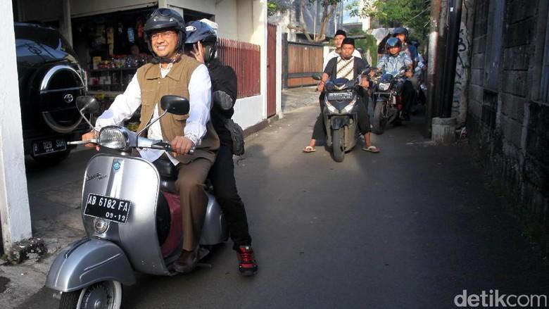 Anies naik Vespa saat pencoblosan bulan April 2017 lalu (Foto: Lamhot Aritonang)