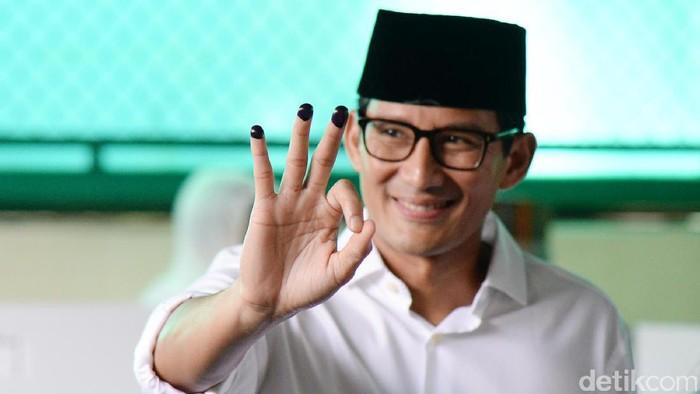 Sandiaga Uno menggunakan hak pilihnya di TPS 01 di Jalan Daha IV, Selong, Kebayoran Baru. Usai mencoblos, Sandiaga beserta istri dan anaknya kompak mencelup 3 jari ke tinta.