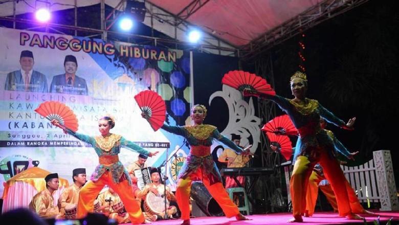 Parade seni dan tradisi di acara Hari Jadi Kota Sanggau, Kalimantan Barat ke-401 yang digelar 2-8 April 2017.