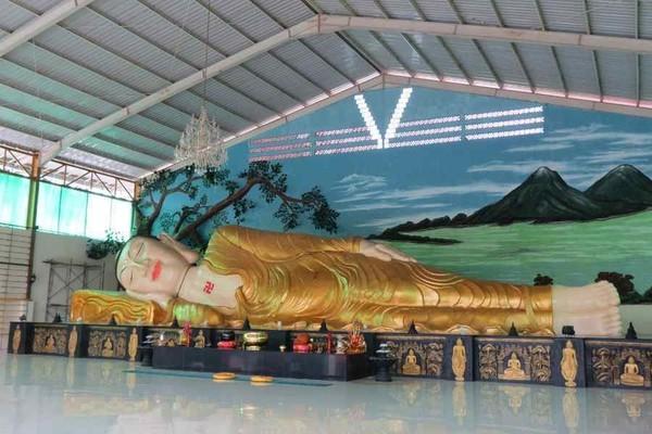 Di Bogor juga ada patung Buddha dengan posisi tidur dengan panjang 18 meter dan tinggi 3,75 meter. Patung ini ada di dalam Vihara Buddha Dharma 8 Pho Sat di Desa Tonjong, Tajur Halang, Bogor. (Fitraya/detikTravel)