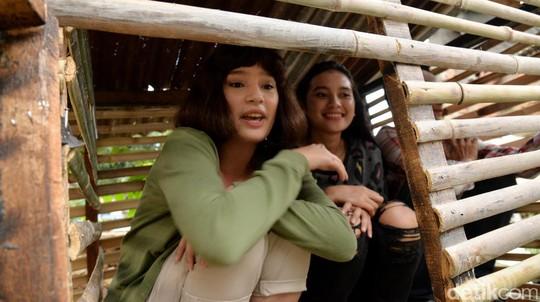 Aksi Tatjana Saphira dan Pemain Stip & Pensil di Pemukiman Pemulung