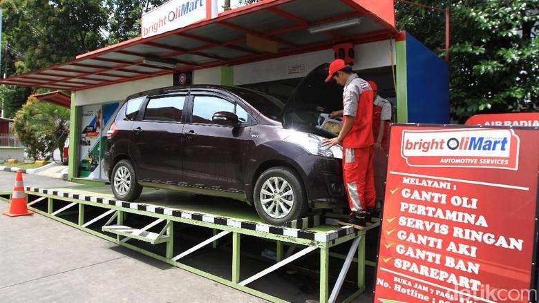 Mekanik mengganti oli mobil (Foto: Pertamina Lubricants)