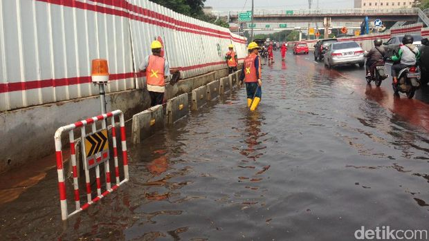 Genangan air di terowongan seberang kantor BNN, Jl MT Haryono arah Halim, Jumat (21/4/2017)