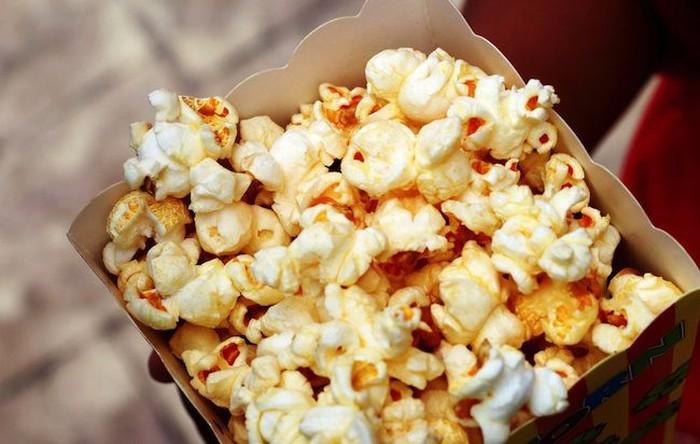 Camilan yang identik sebagai teman nonton ini muncul di film Scream. Pemeran utama wanita terlihat sedang memasak popcorn ketika seorang pembunuh tengah berusaha untuk menangkapnya. Foto: Getty Images