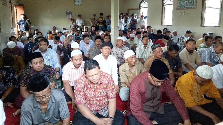 Anies Salat Jumat di Masjid Kawasan Penggusuran Bukit Duri