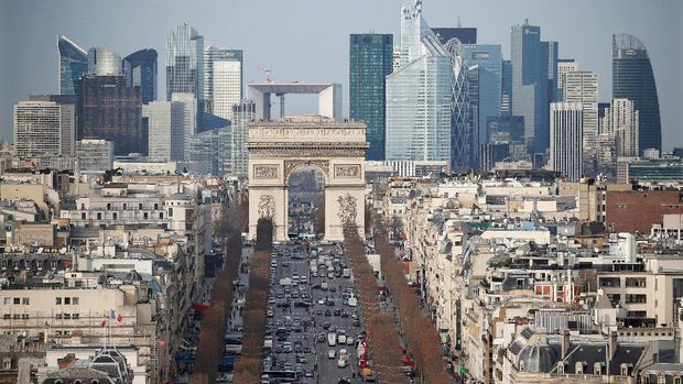 Champs Elysees dan Arc de Triomphe dari kejauhan