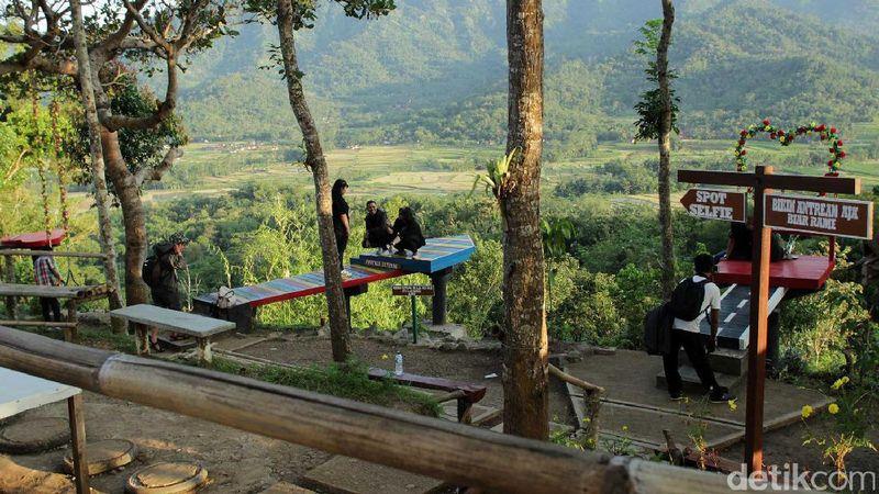 Populer sebagai spot foto sunrise Borobudur hingga napak tilas AADC2, Punthuk Setumbu juga punya sejumlah spot foto kekinian. Setiap sudutnya sangat Instagramable! (Randy/detikTravel)