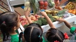 Si kecil ingin ikut belanja? Tak apa-apa, ajak saja si kecil berbelanja di pasar tradisional, warung, atau supermarket. Di sana, mereka bisa belajar.