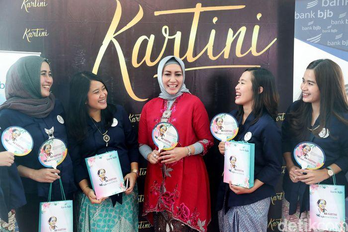 Pimpinan Bank BJB cabang khusus Jakarta Herawati (tengah) berbincang dengan nasabah sebelum nonton bareng film Kartini.