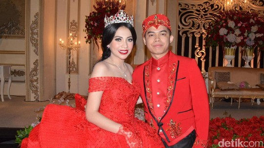 Senyum Bahagia Kezia Karamoy dan Axcel Narang di Resepsi Pernikahan