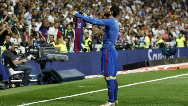 Lionel Messi pernah melakukan perayaan gol dengan memamerkan kostumnya ke arah pendukung Barcelona.