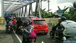 Penumpukan Kendaraan di Atas Jembatan Kretek