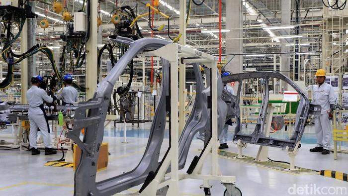PT Mitsubishi Motors Krama Yudha Indonesia (MMKI), Cikarang, Bekasi, Jawa Barat, Selasa (25/4). MMKI baru saja meresmikan pabrik nilai investasi mencapai Rp7,5 triliun dan mampu menyerap 3.000 tenaga lokal.  Pada tahap awal, pabrik ini mampu memproduksi 80.000 unit per tahun untuk small-MPV.  (Ari Saputra/detikcom)