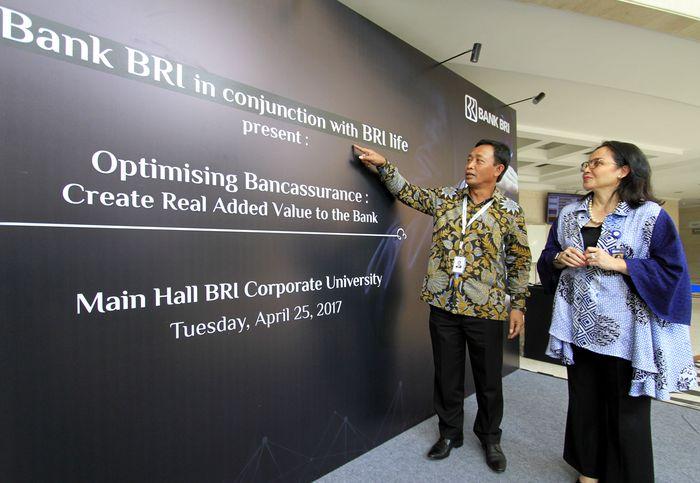 Direktur Konsumer Bank BRI Sis Apik Wijayanto (kiri) berbincang dengan Direktur Pemasaran BRILife Fabiola N. Sondakh (kanan) disela Seminar Bancassurance BRI-BRILife di BRI Corporate University, Jakarta, Selasa (24/4). (Foto: dok. BRI)