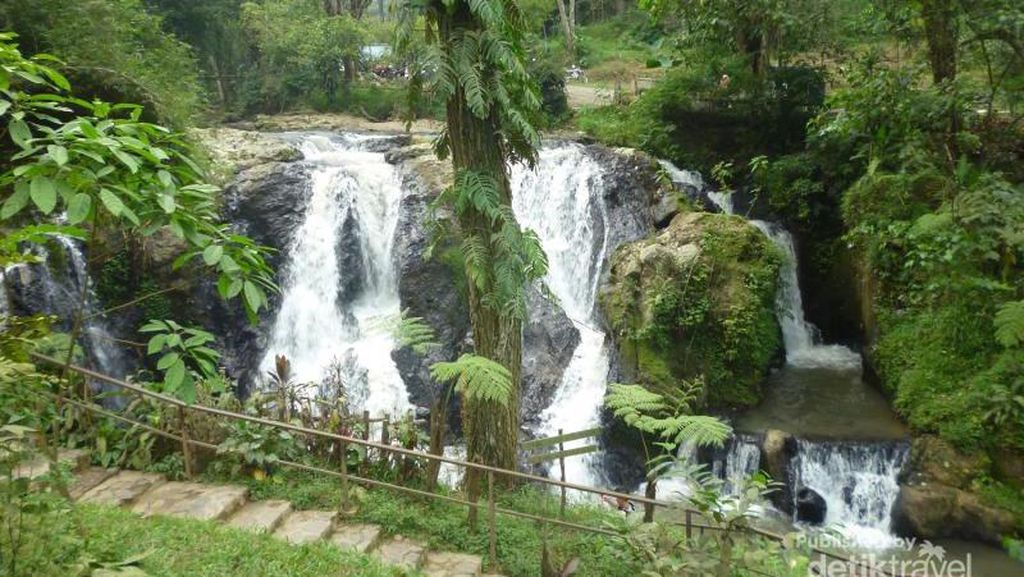 Celebrity on Vacation: Nongkrong Cantik Ditemani Air Terjun Lembang