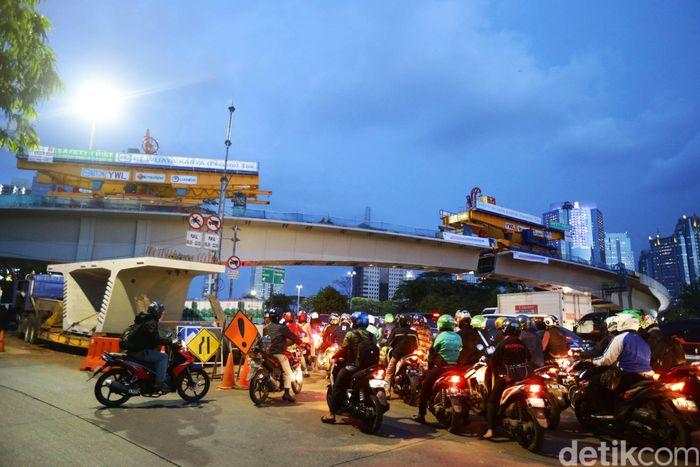Penampakan proyek Simpang Susun Semanggi yang akan tersambung malam ini, Selasa (25/4/2017).