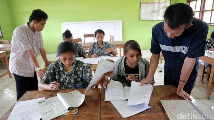 Pesan Damai Dari Guru di Perbatasan Indonesia   Gilang Rickat Trengginas (kiri) dan Dani Kurniawan (kanan) mengikuti program Sarjana Mendidik di Daerah Terdepan, Terluar, dan Tertinggal dan ditempatkan di Sekolah MGR Gabriel Manek, Dusun Lahurus, Desan Fatulotu Kecamatan Lasiolat, Atambua, NTT, kemarin. Mereka berdua yang berasal dari UIN Yogyakarta sudah 6 bulan terakhir menjadi guru bantu ditempat ini. Grandyos Zafna/detikcom  -. Meski mereka berdua muslim, toleransi di daerah yang mayoritas non muslim ini sangat tinggi.  -. Jika ingin menjalankan ibadah shalat Jumat, kedua guru ini harus menuju kota atambua.  -. Sebanyak 143 murid bersekolah ditempat ini.  -. Mereka tinggal ditempat Tetua Adat Nai Lasiolat Pak Wilhelmus Atamanek.