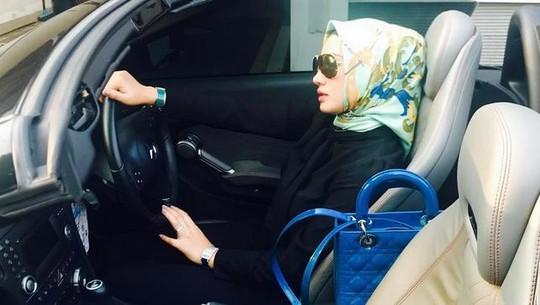 Shinta Bachir Buka Hijab Hingga Kembali Tampil Seksi