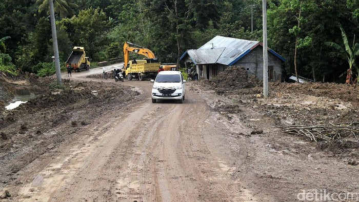 Jalan Sabuk Merah Perbatasan Terus Dikerjakan  Kendaraan bermotor melintasi jalan Sabuk Merah di Atambua, Belu, NTT, kemarin. Kementerian PU dan Perumahan Rakyat melalui Direktorat Jenderal Bina Marga dari dana APBN tahun anggaran 2017 dialokasikan untuk pekerjaan pembangunan jalan Motaain-Silawan-Salore-Haliwen-Sadi-Asumanu-Haekesak senilai Rp 96,238 miliar. Proyek tersebut dikerjakan PT Nindya Karya (Persero) selama 395 hari terhitung sejak 2 Desember 2016. Grandyos Zafna/detikcom