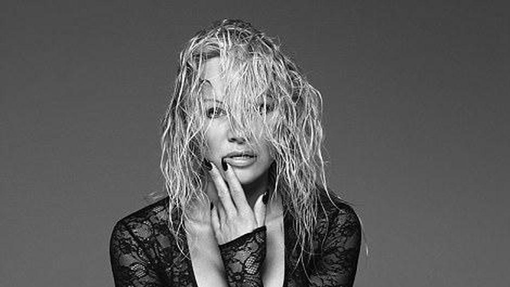 Foto: Pose Seksi Pamela Anderson Berbalut Lingerie