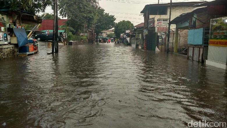 Banjir Landa Kemang Utara, Kendaraan Tak Bisa Melintas