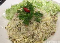 Cara membuat nasi goreng putih dengan ikan asin.