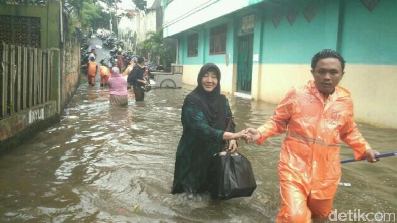 Banjir 1 Meter Rendam Petogogan, Petugas PPSU Evakuasi Warga