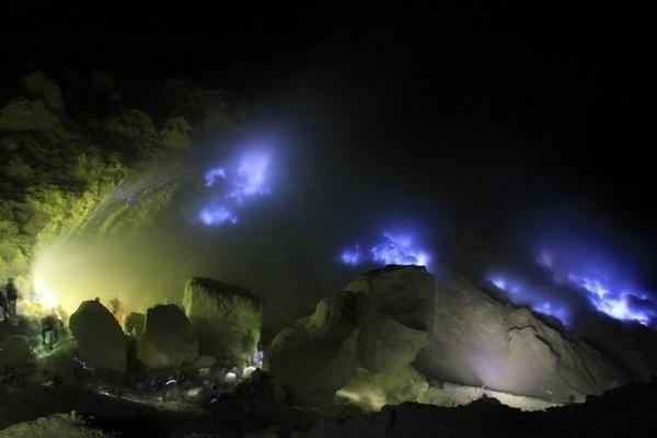 Kawah Ijen justru paling indah dinikmati saat malam. Fenomena api biru yang menyambar-nyambar akan makin terlihat eksotis di saat gelap. (Aldhi Sanjaya Putra/dTraveler)