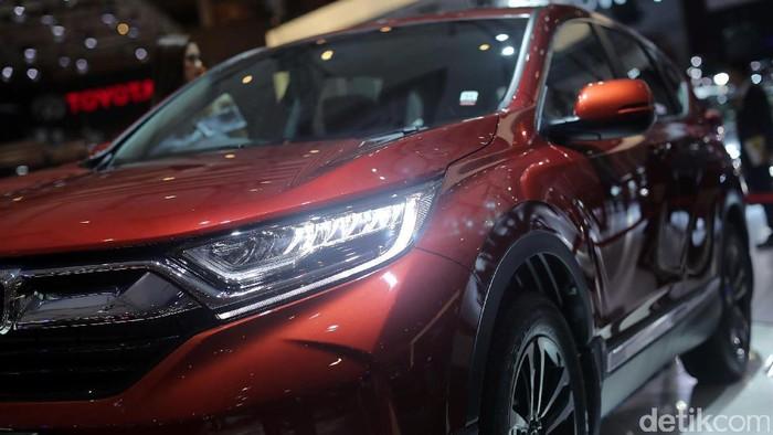 Sales Promotion Girl (SPG) berdiri disamping mobil Honda CR-V dengan mesin turbo di IIMS, JIEXPO, Jakarta, Kamis (27/04/2017). Honda sudah memamerkan generasi kelima dari Honda CR-V dengan mesin 1.5 liter VTEC Turbo serta varian baru yang menawarkan kapasitas 7 penumpang. Grandyos Zafna/detikcom