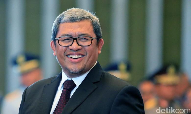 Gubernur Aher Janji Pecat Guru yang Merokok di Sekolah