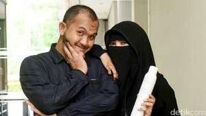 Mengidap Penyakit Kulit, Istri Caisar Tampil Bercadar